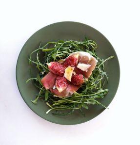 Σαλάτα με σταμναγκάθι, προσούτο, σύκο & γραβιέρα